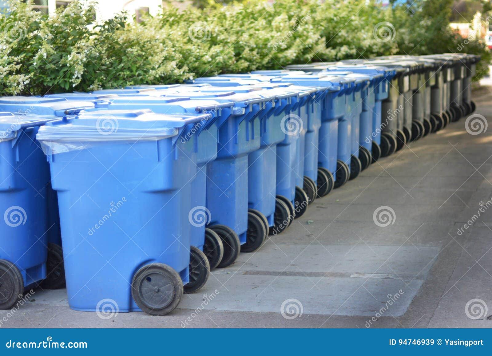 Bidone della spazzatura moderno nel canada immagine stock