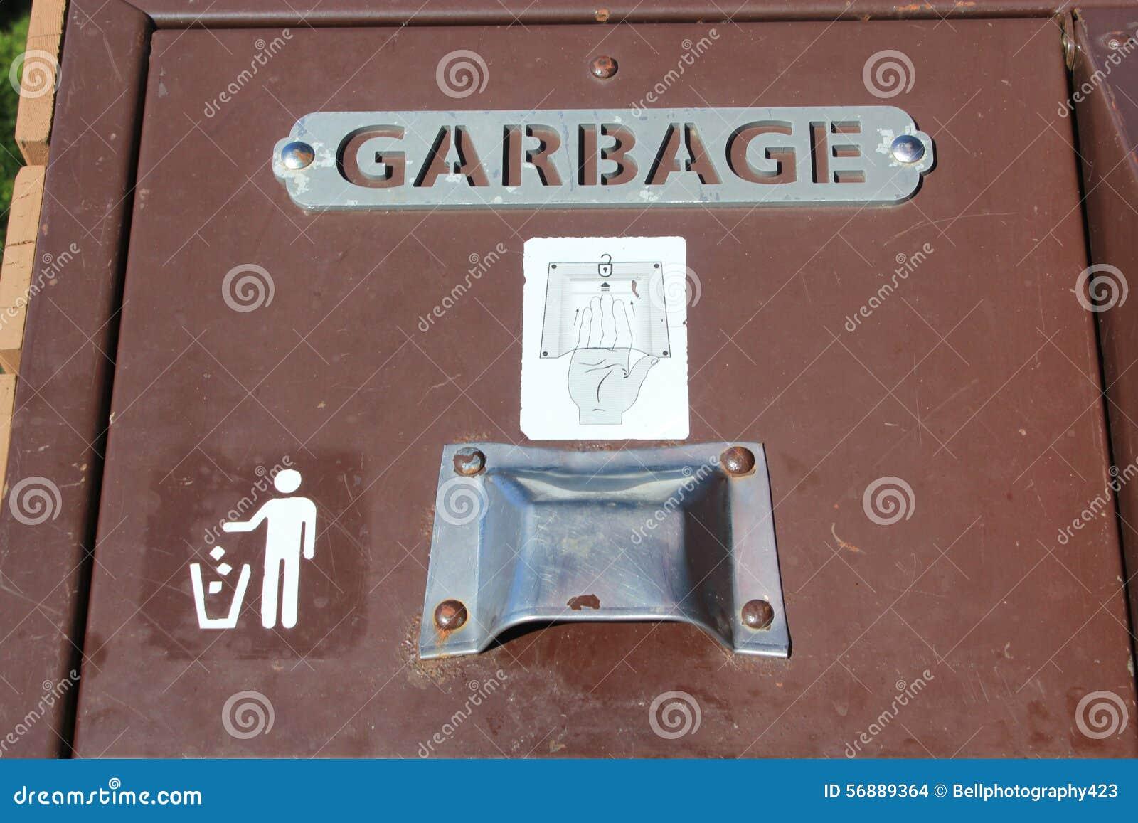 Bidone della spazzatura pubblico