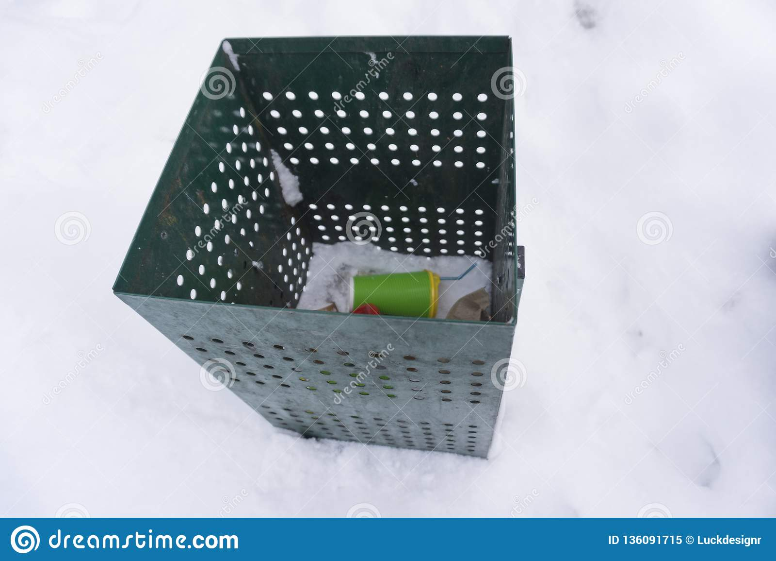 Bidone della spazzatura verde più con le tazze di caffè