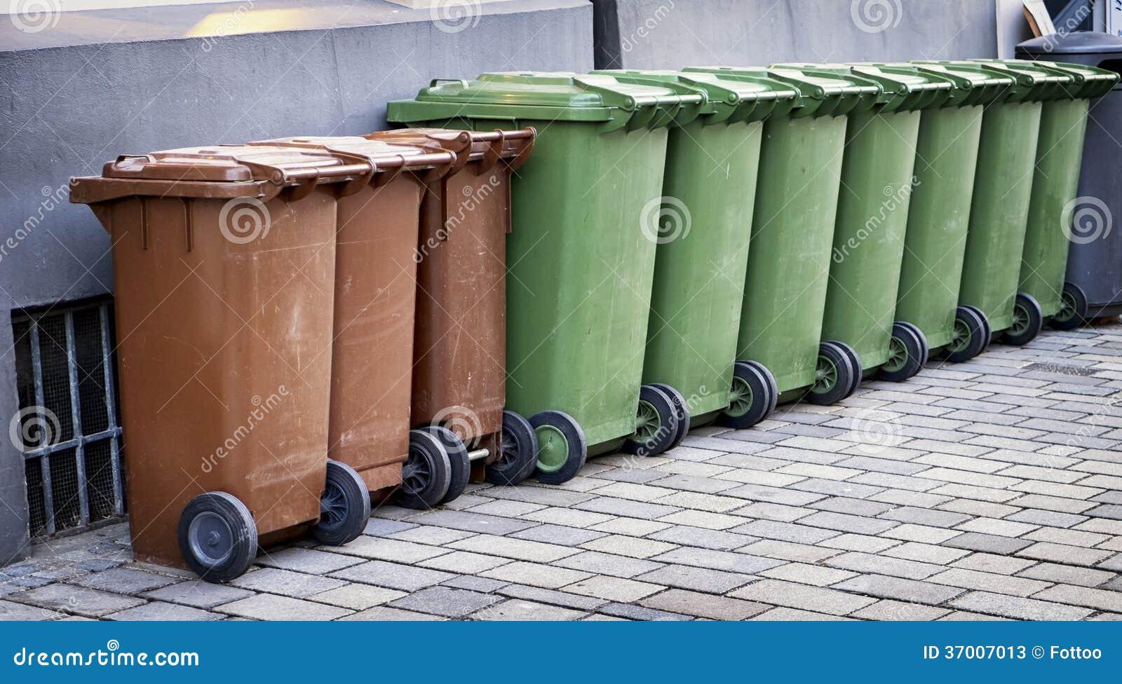 Bidoni della spazzatura moderni immagine stock immagine di