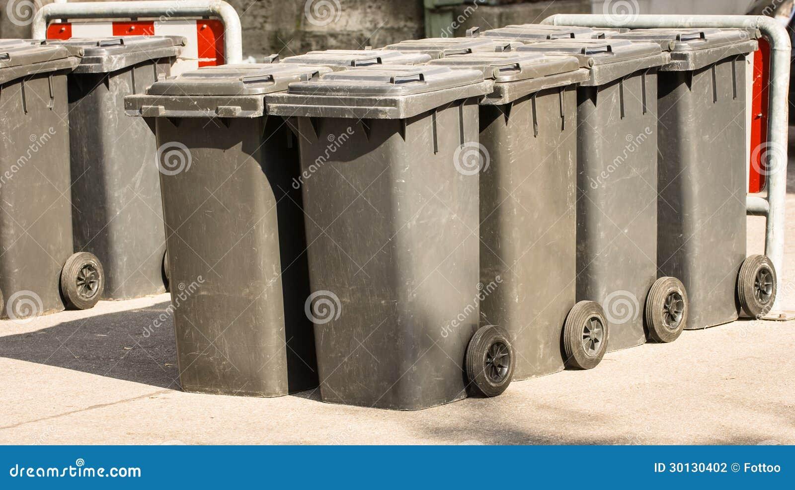 Bidoni della spazzatura moderni fotografia stock immagine di