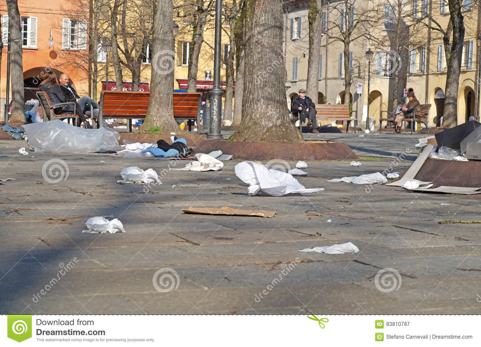 Bidoni della spazzatura Recipienti dell impennata Borse di rifiuti I rifiuti hanno sparso fuori sopra la strada sulla via suburba