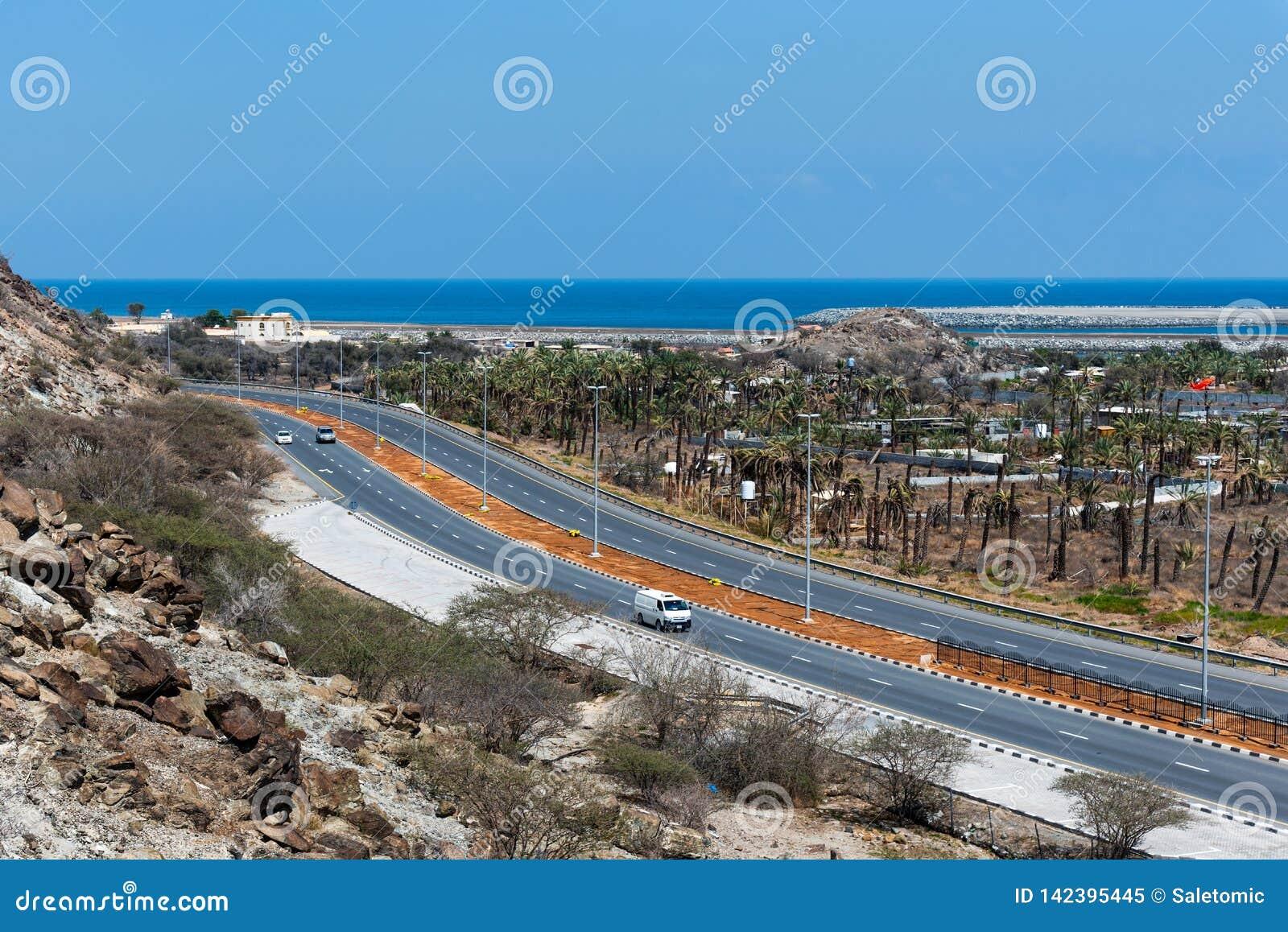 Bidya, Emiratos Árabes Unidos - 16 de março de 2019: Golfo de Omã e estrada litoral de Bidya no emirado de Fujairah nos UAE