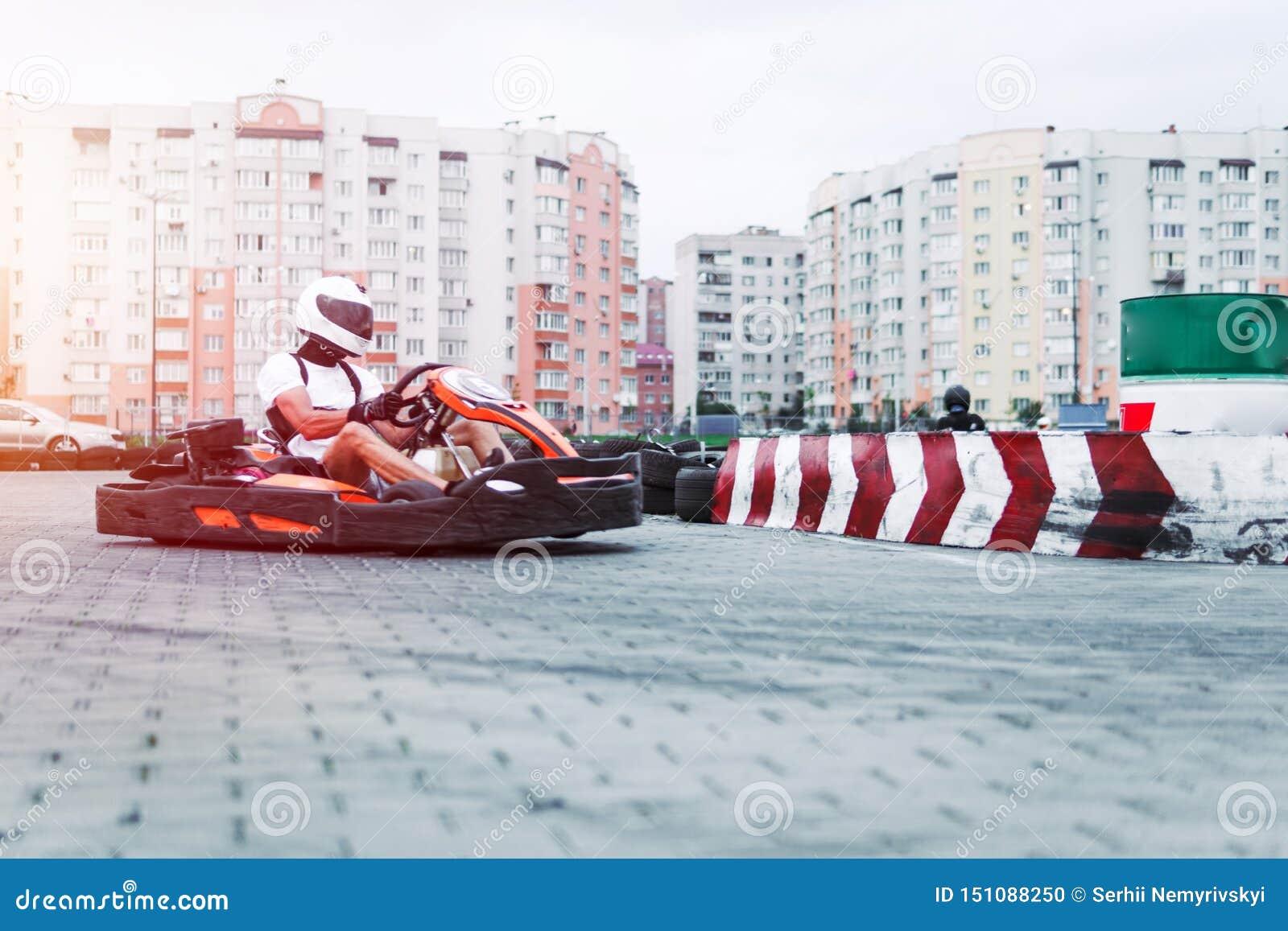 Bieżny samochód na śladzie w akcji, mistrzostwo, aktywny bawi się, krańcowa zabawa kierowców utrzymania jego ręki na kole ochronn