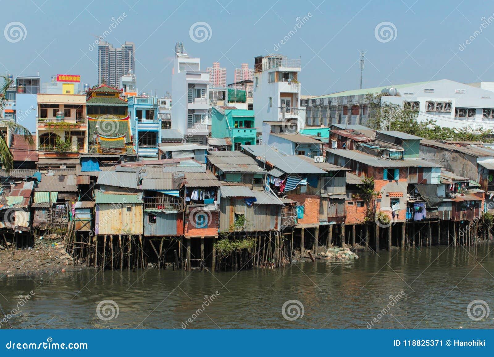 Biedne sąsiedztwo budy na stilts przy brzeg rzekim w Ho Chi Minh