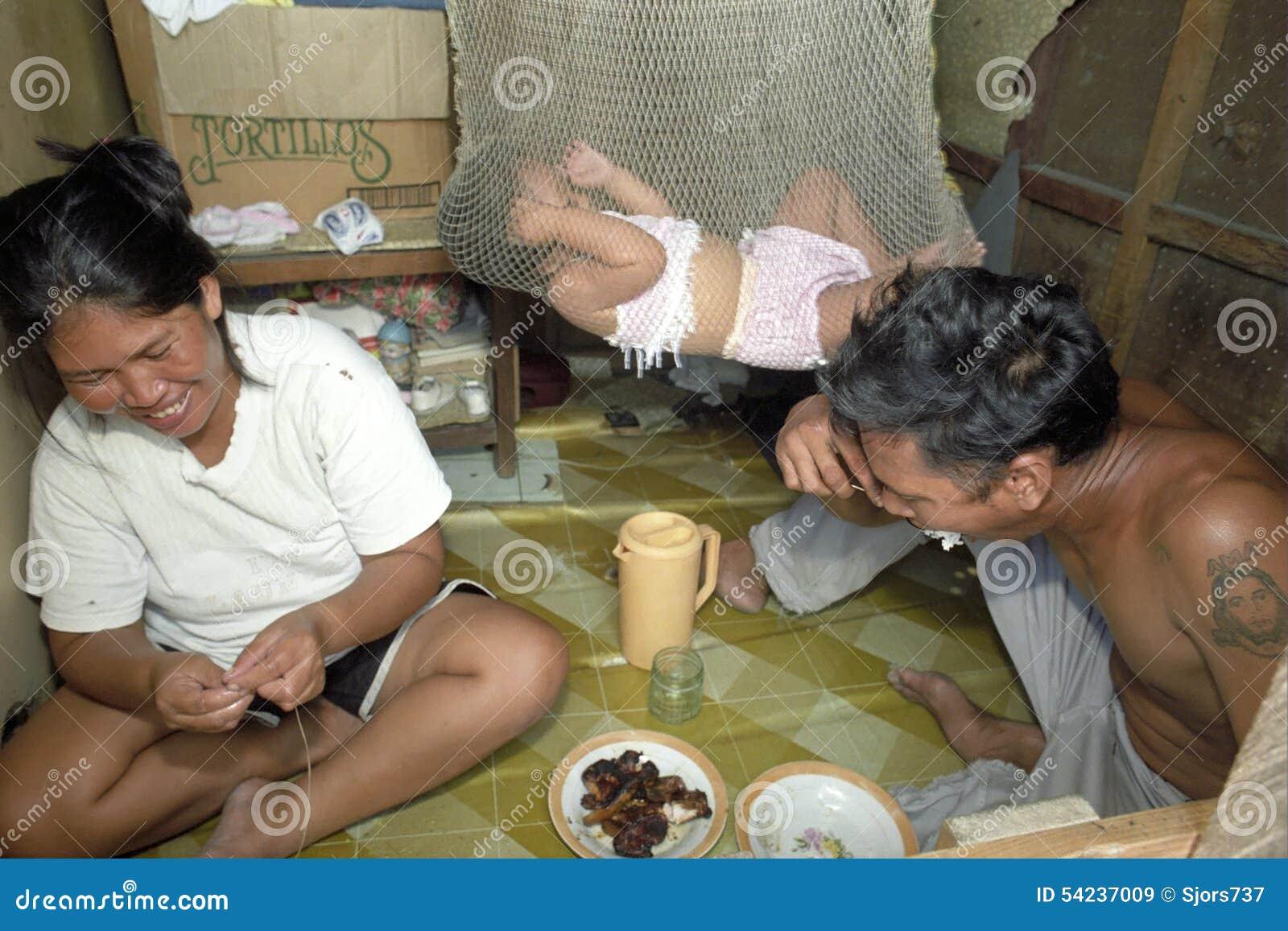 Biedny Filipiński rodzinny utrzymanie w slamsy Packwood, Manila