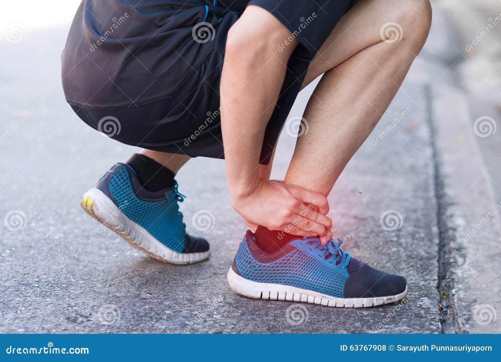 Biegacz dotyka bolesną kręconą lub łamaną kostkę Atleta biegacza stażowy wypadek Sport kostki działający zwichnięcie