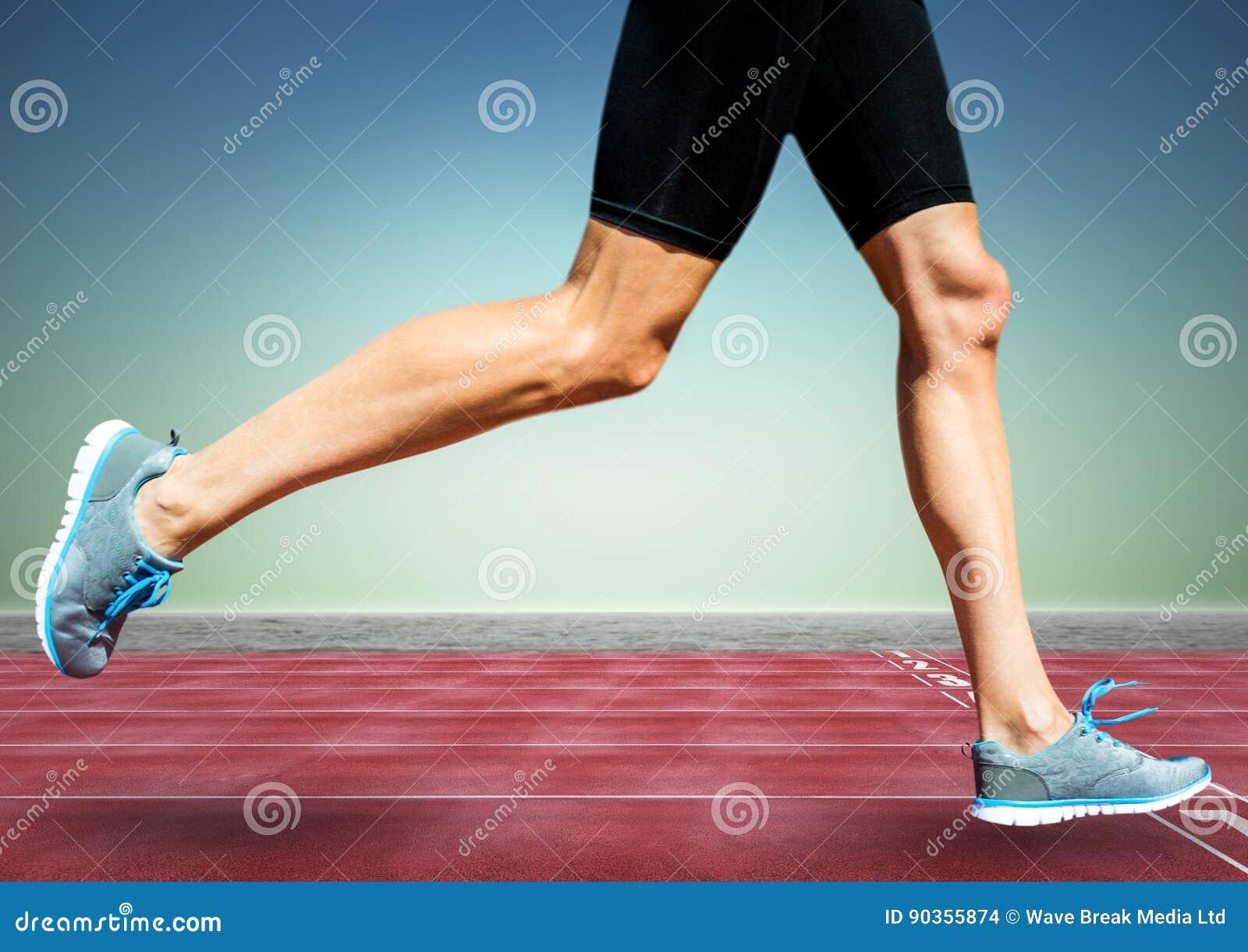 Biegacz iść na piechotę na śladzie przeciw błękitnej zieleni tłu