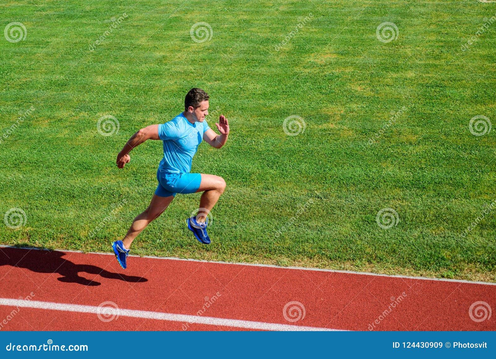 Biegacz skupiający się na rezultacie Krótki dystansowy bieg wyzwanie Zwiększenie prędkość Atleta bieg śladu trawy tło Biega w