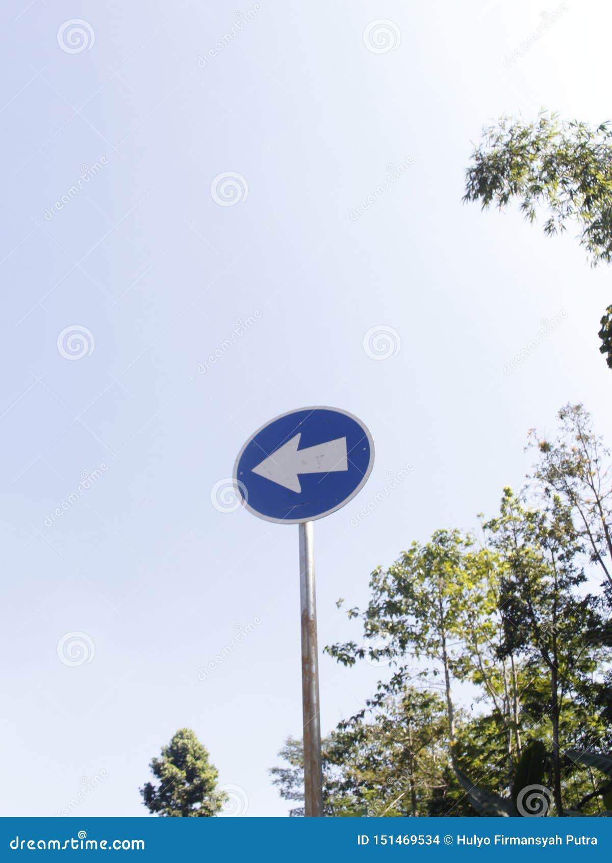 Biegen Zeichen-blaue Farbe nach links ab