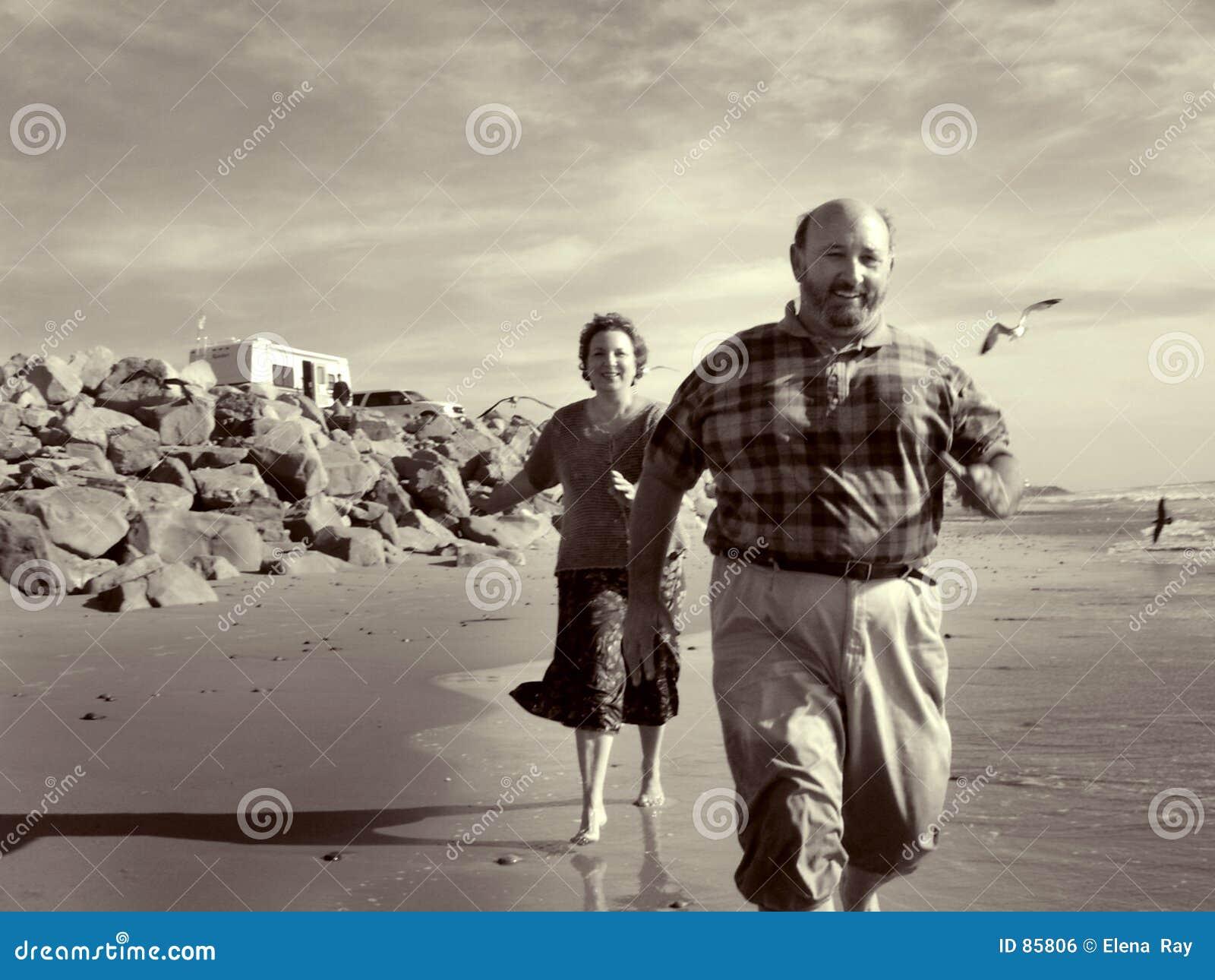 Biegnij na plaży razem