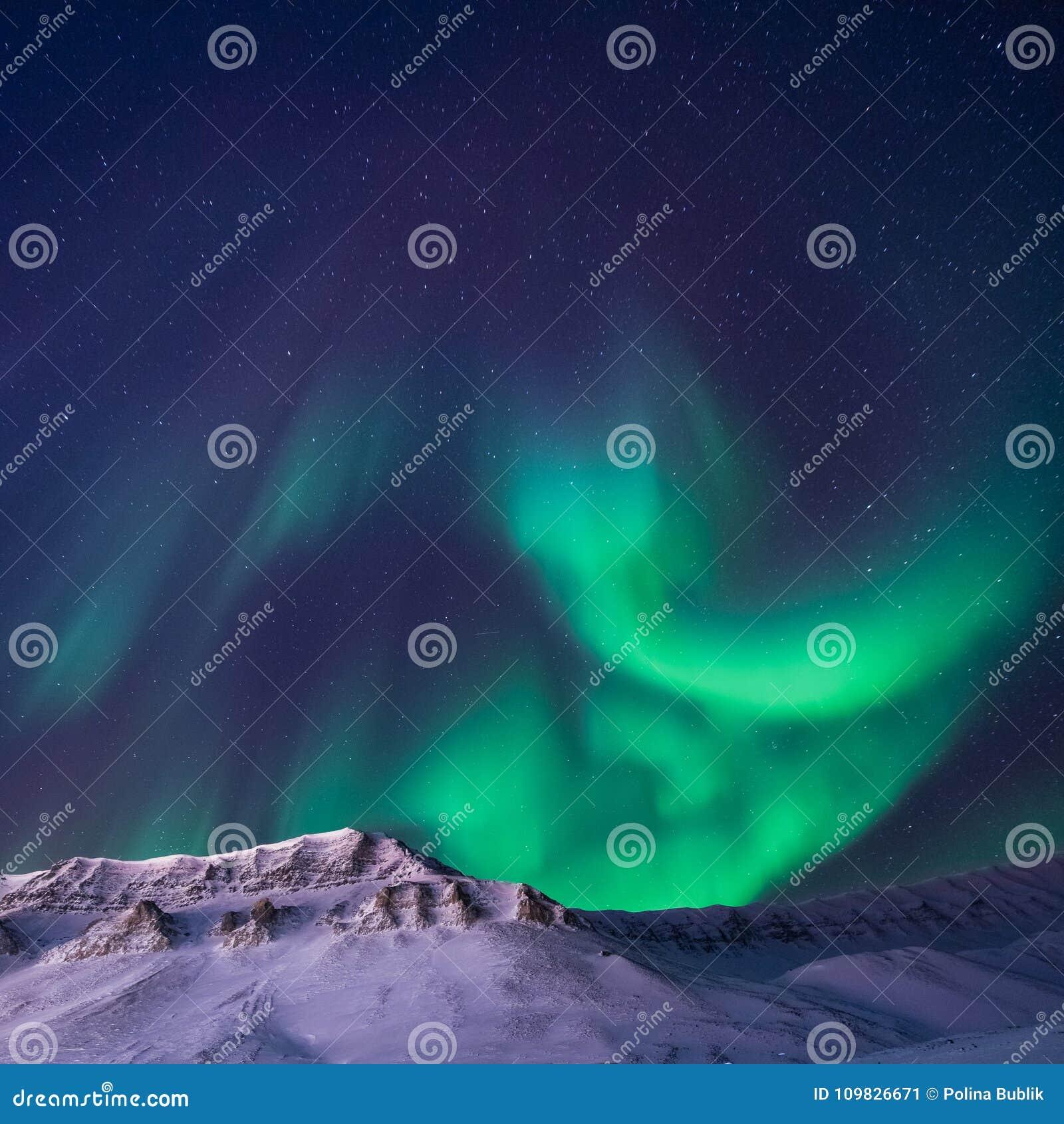 Biegunowa arktyczna Północnych świateł zorzy borealis nieba gwiazda w Norwegia Svalbard Longyearbyen miasta snowscooter górach