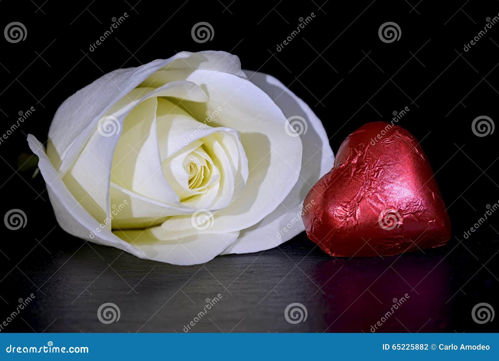 Biel czerwieni i róży serce