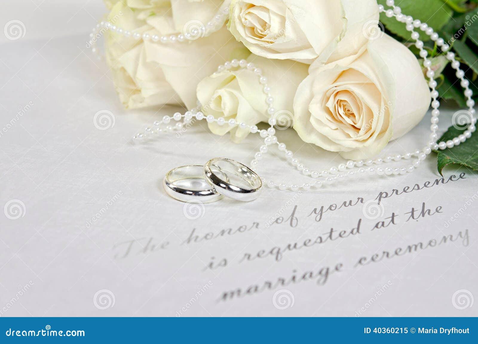 Biel róży obrączki ślubne i bukiet