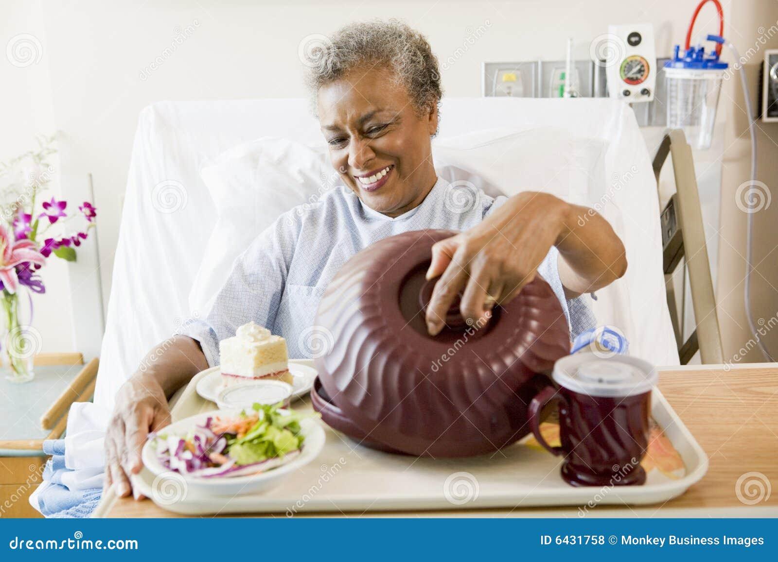 Bielizna szpitalna starsza kobieta siedząca
