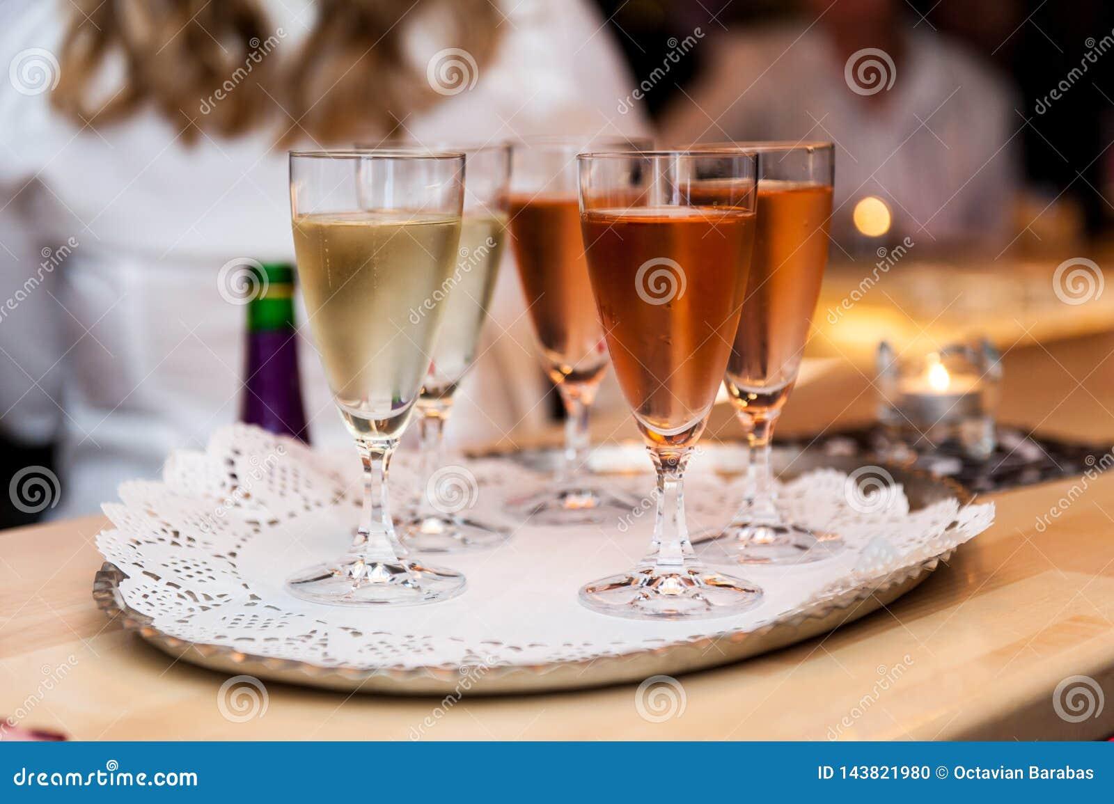 Bielu i róży błyskotania wino w szkłach