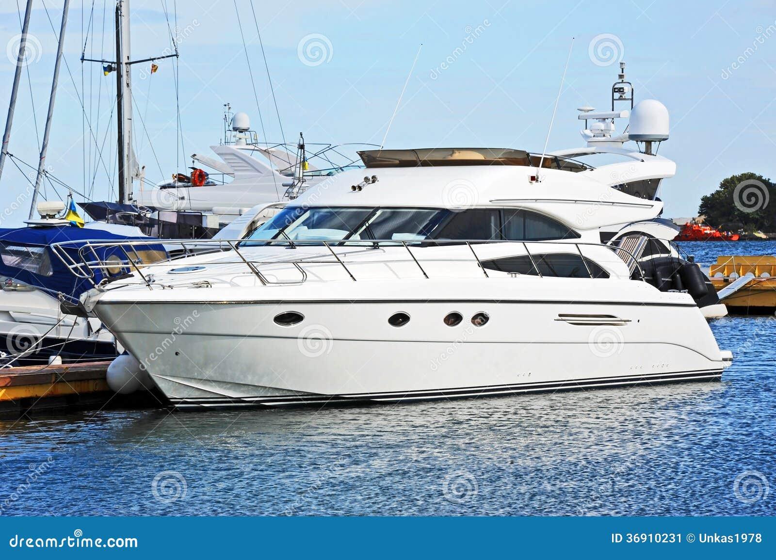 Bielu motorowy jacht
