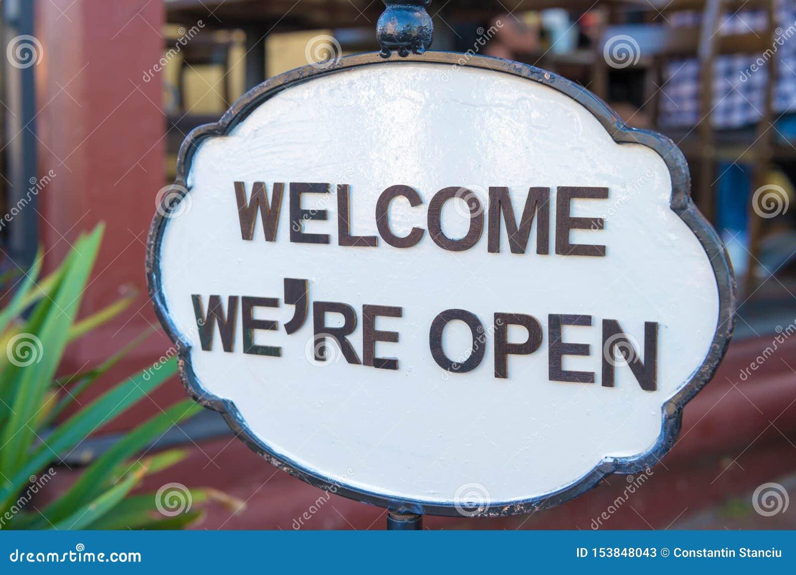 Bienvenu nous sommes signe ouvert à l entrée de restaurant