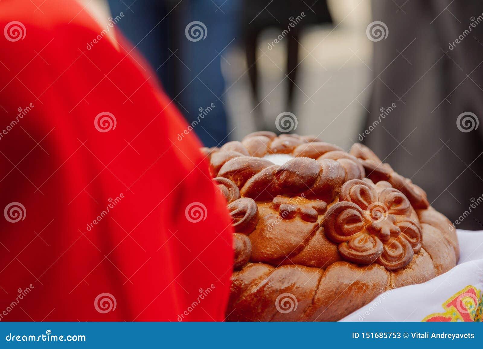 Bienvenue de sel de pain Un rituel traditionnel de pain et de sel de offre ? un visiteur