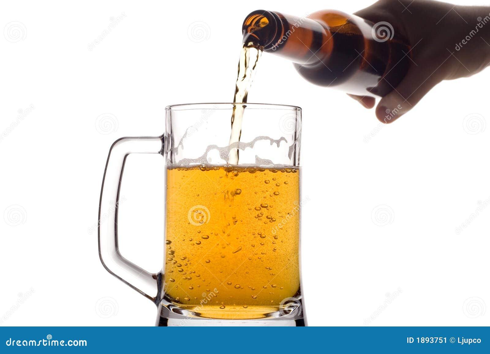 Bier, das unten aus einer Flasche gießt