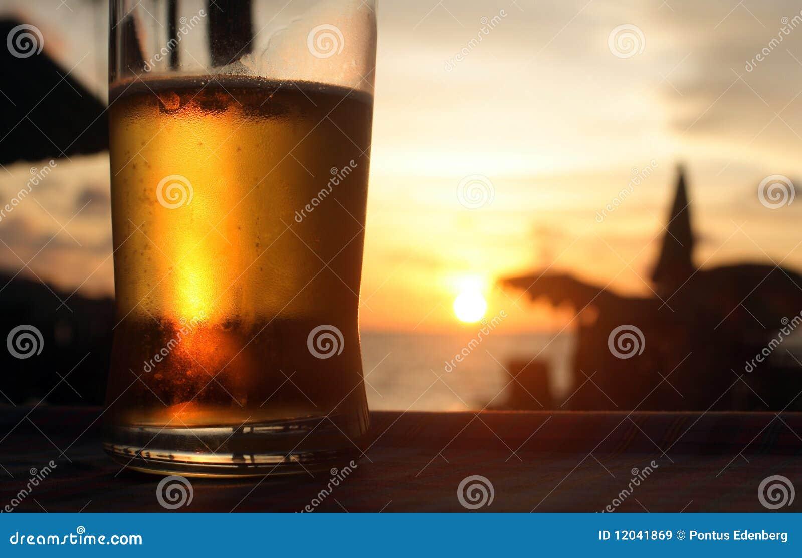 Bier in de zonsondergang