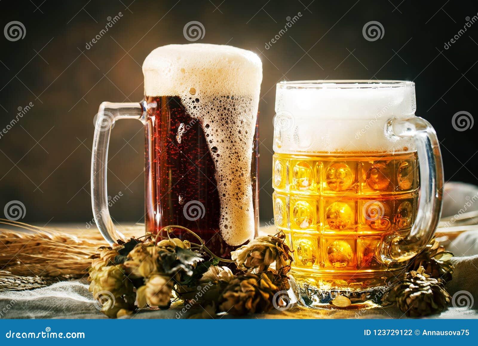 Bier in glazen op een donkere achtergrond Het bierfestival van Oktoberfest De illustratie van de kleur Selectieve nadruk