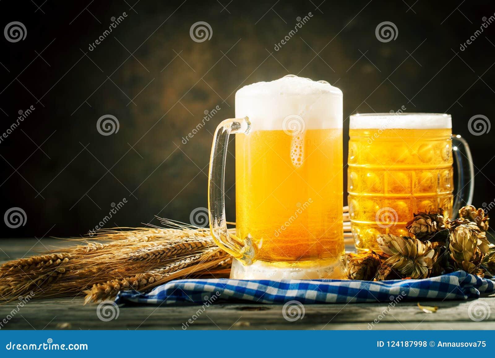 Bier in glazen op een donkere achtergrond Het bierfestival van Oktoberfest De illustratie van de kleur Selectieve nadruk Achtergr