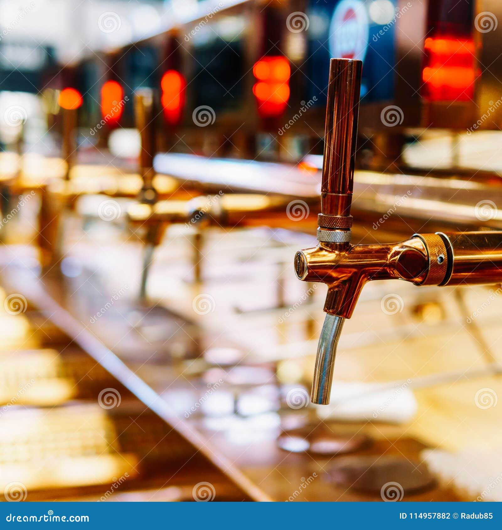 Bier-Hahn-Nahaufnahme In Der Getränk-Bar Stockfoto - Bild von ...