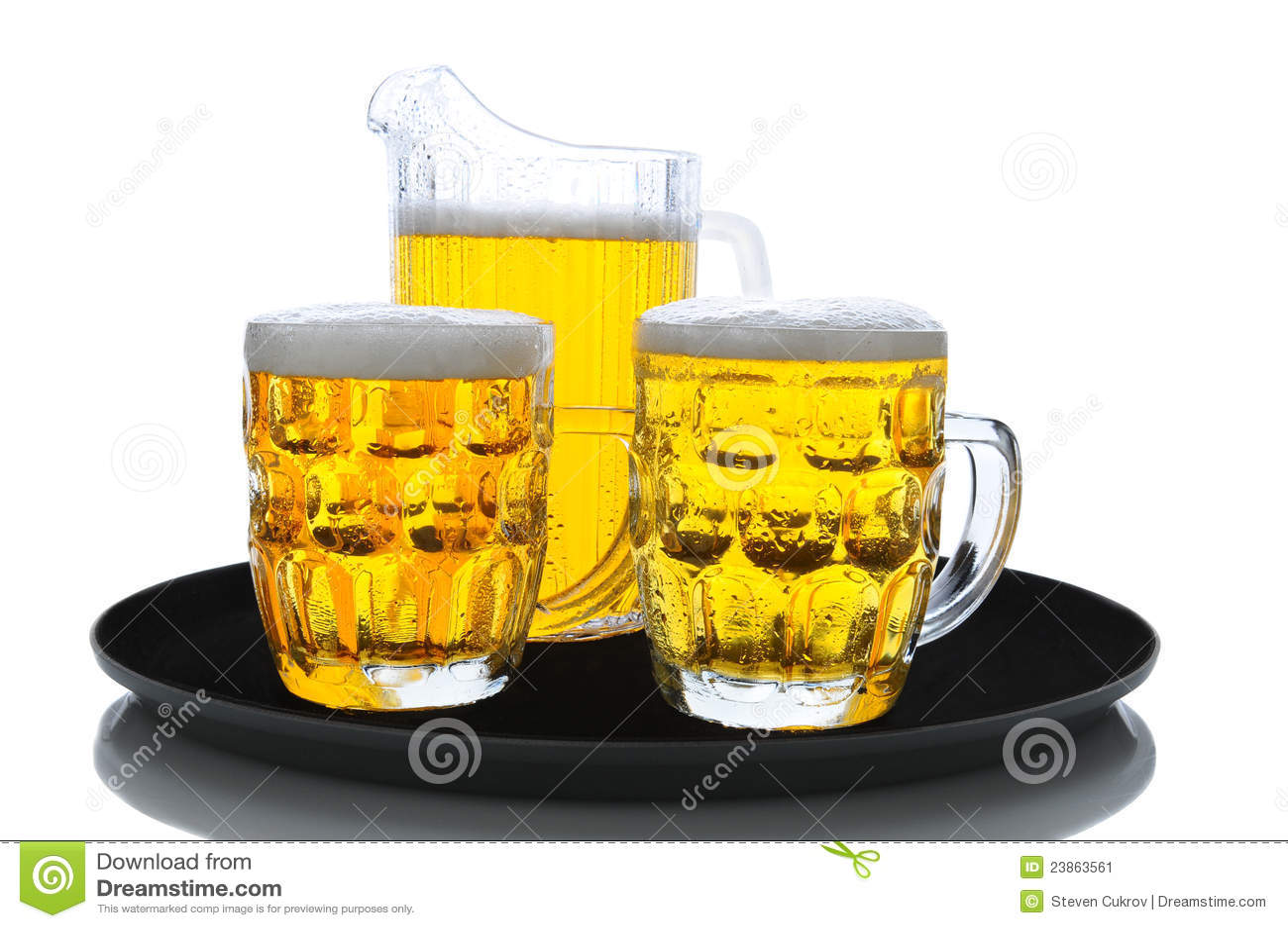 Bier-Krug und Gläser auf Tellersegment