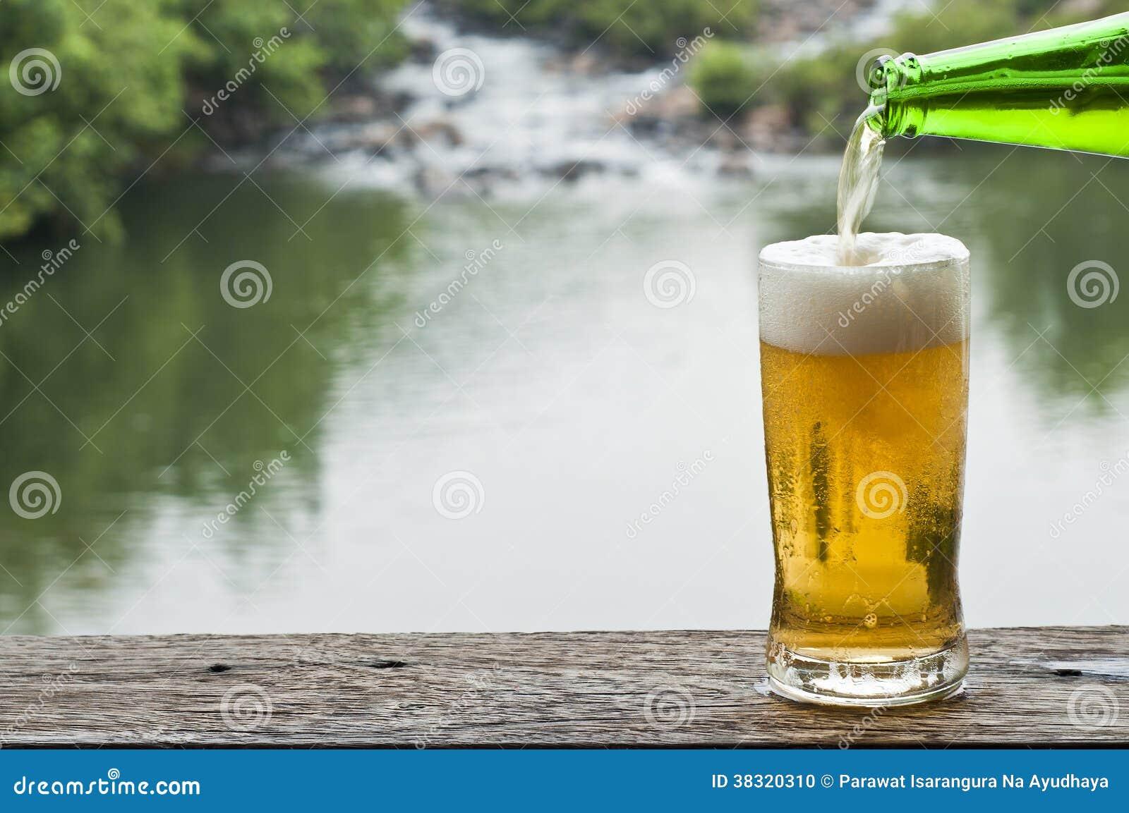 Bier am Wasserfall.