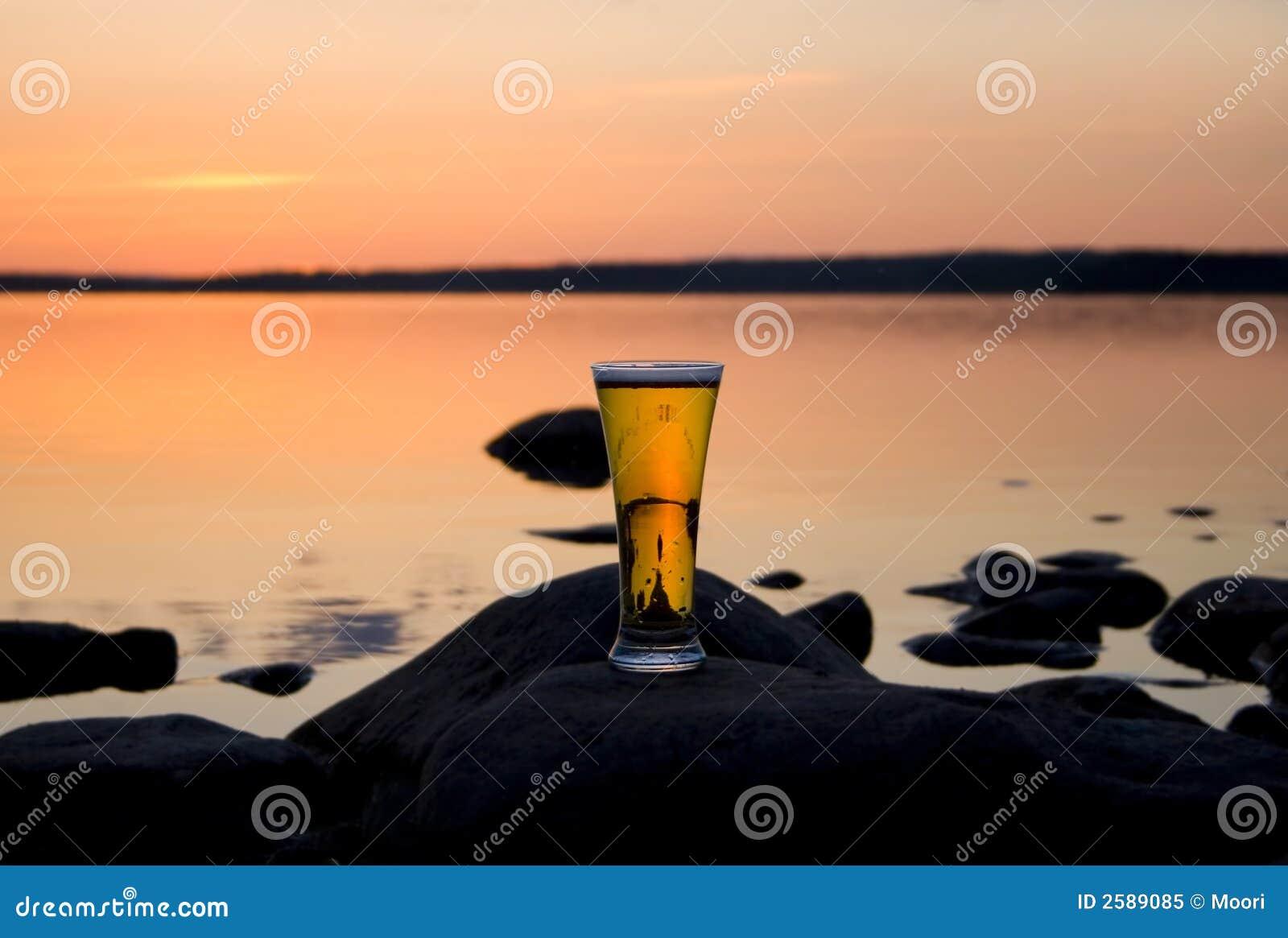 Bier in zonsondergang