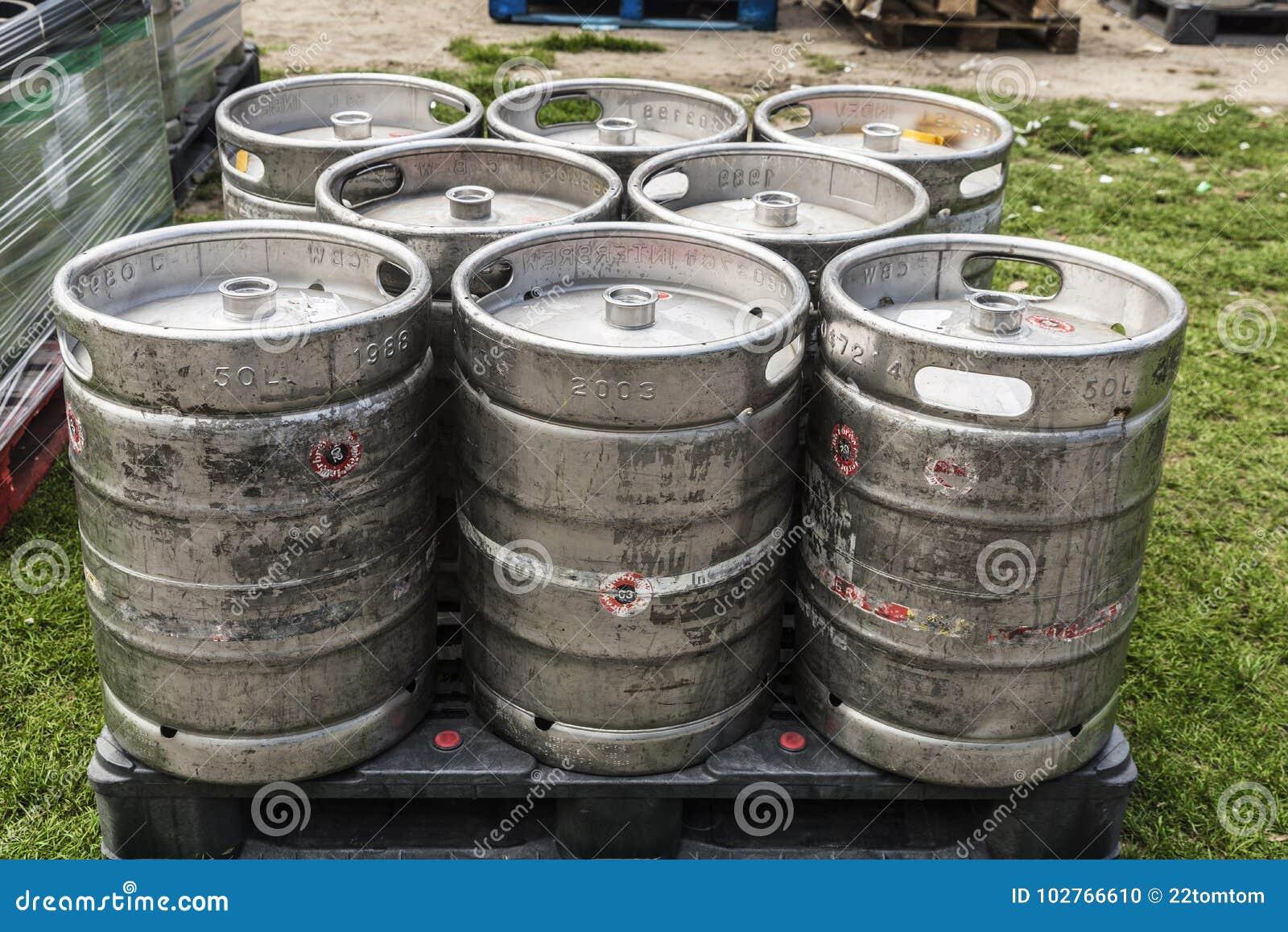 Bierfässer auf einem blassen bereiten vor, um zu transportieren