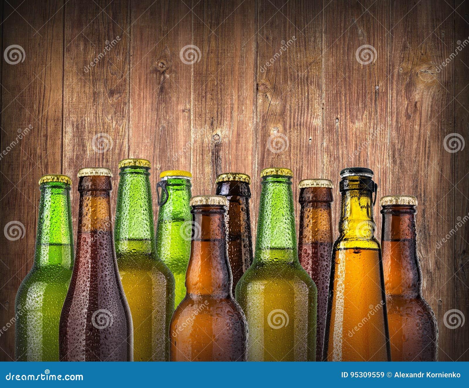 Bierflaschen auf hölzernem