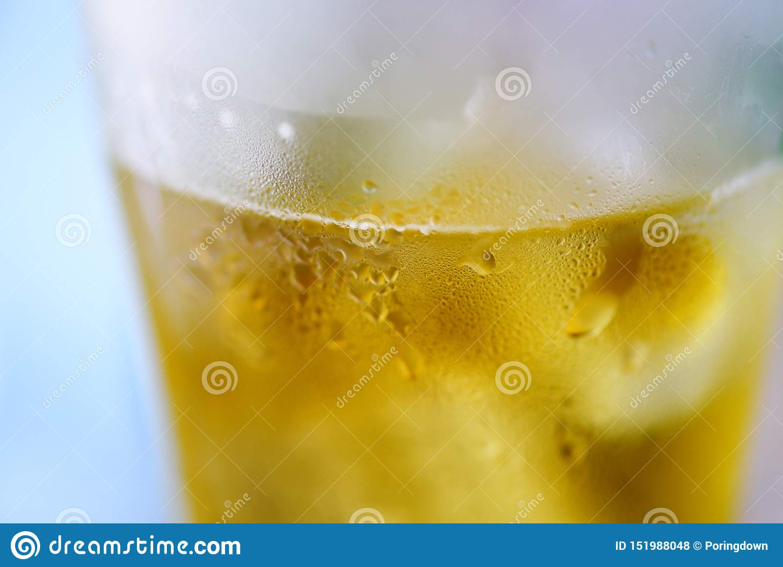 Bierglas - sluit omhoog van de mok van het bellenbier met waterdaling