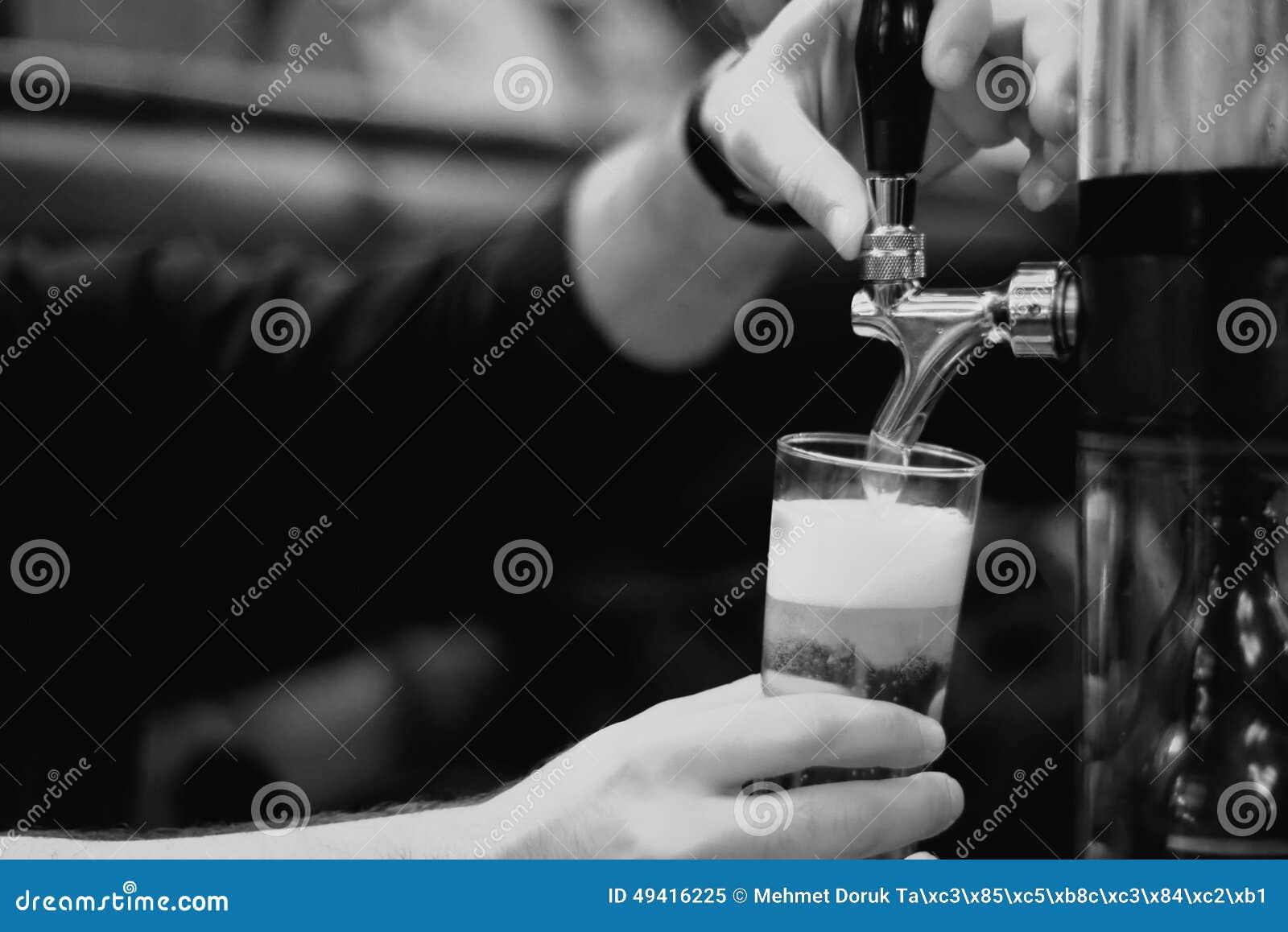 Download Bierhalbes Liter Und Hahnhahn Stockbild - Bild von behälter, kalt: 49416225