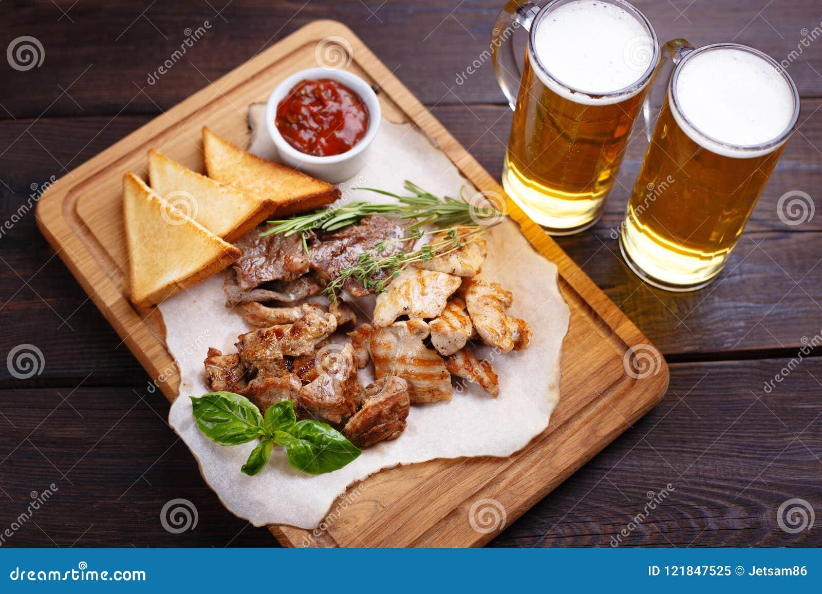 Biersnacks Geroosterd varkensvlees, kip, rundvlees op plaat