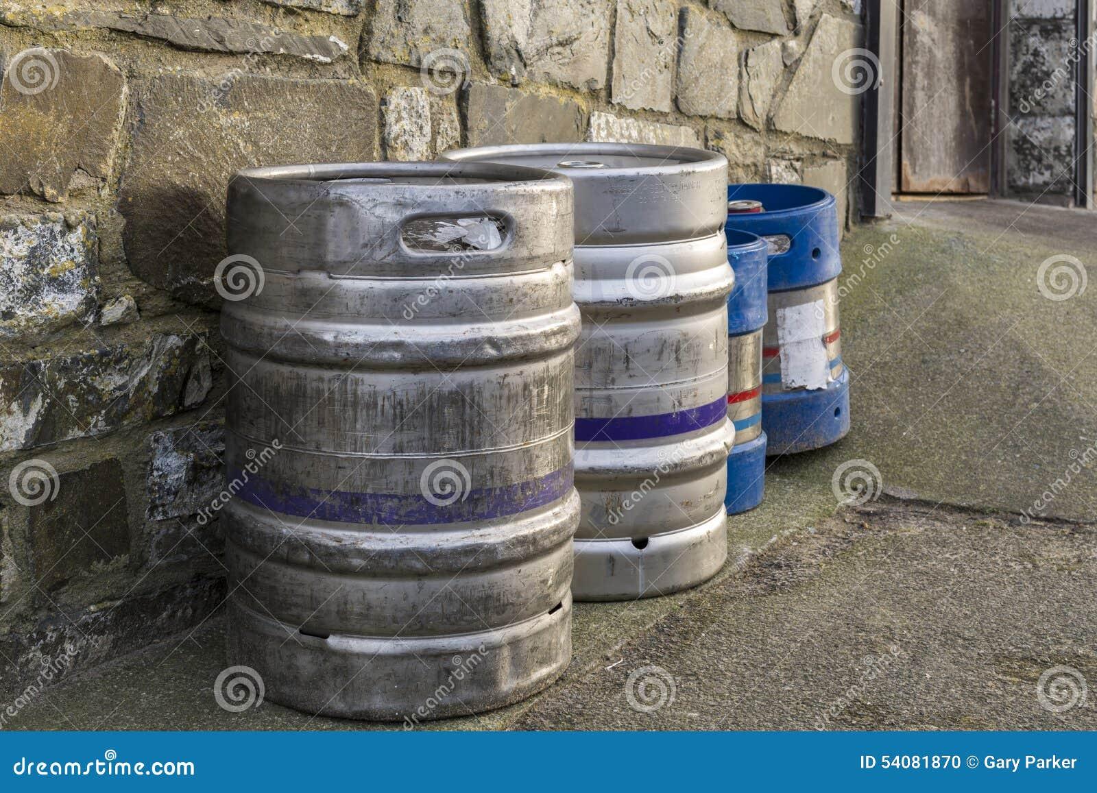 Biervaatjes tegen een buitenmuur worden opgesteld die