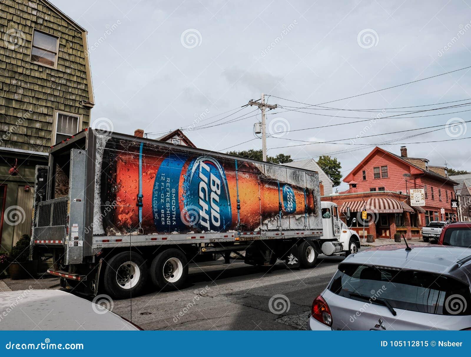 Bierversandlieferwagen gesehen außerhalb einer Bar in Downton Salem, MA