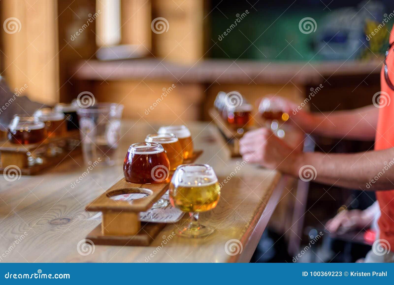 Biervluchten op een lijst bij een microbrewery worden opgesteld die