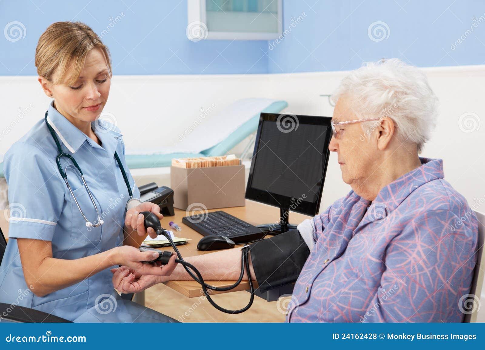 BIERZE kobiety starszego ciśnienie krwi UK pielęgniarka