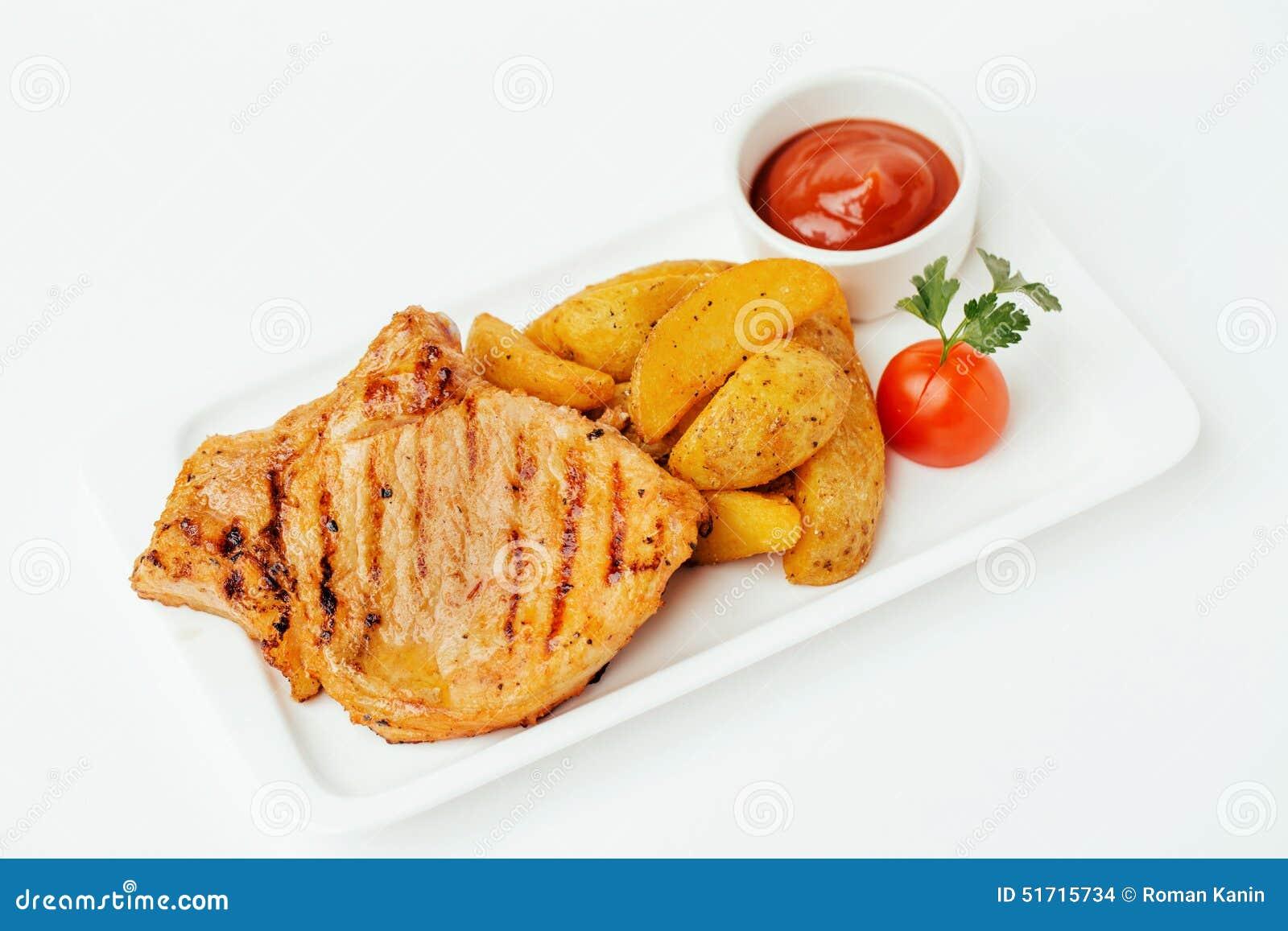 Bife com molho de tomate e potatos