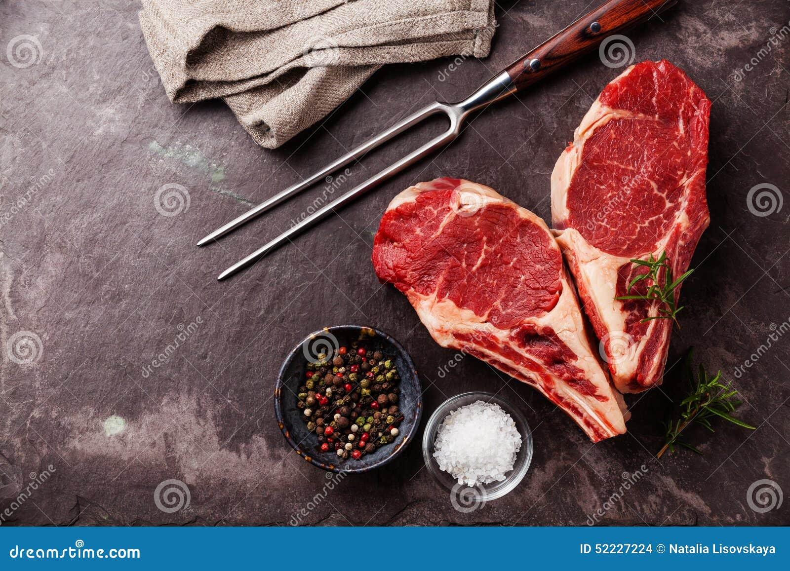 Bife da carne crua da forma do coração