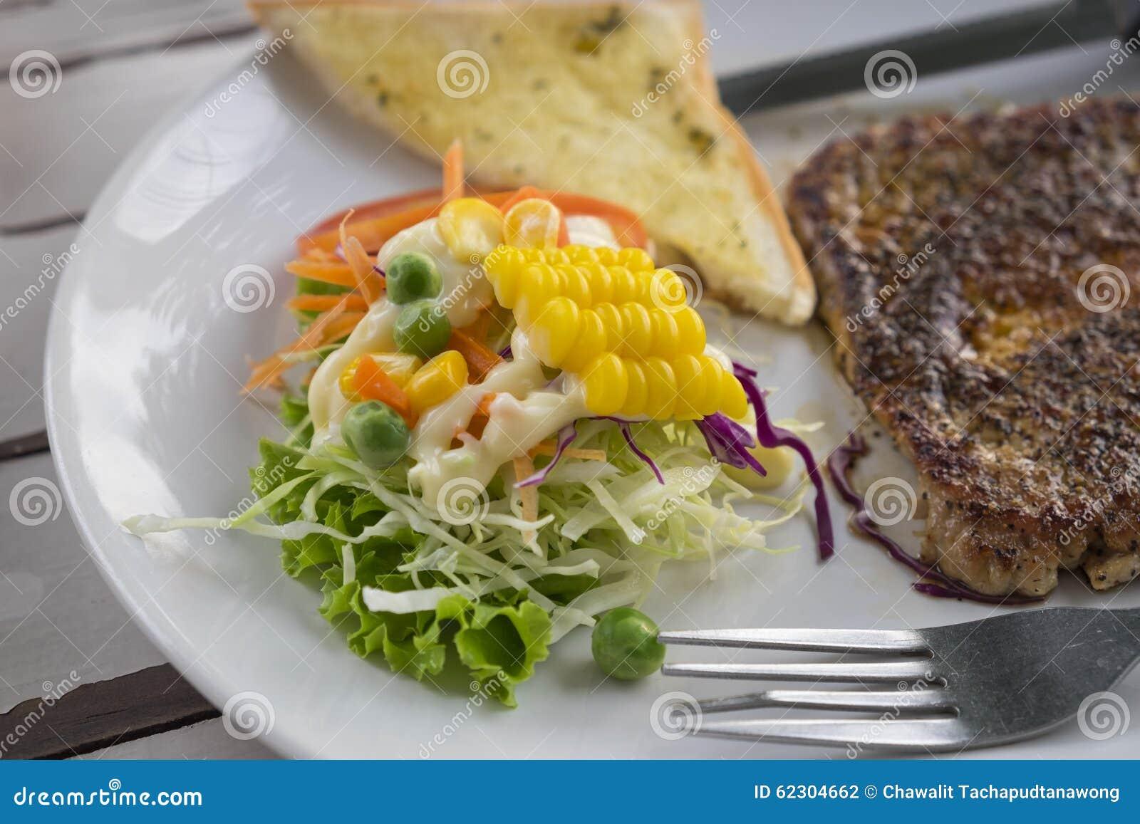 Bife da carne de porco com pimenta preta