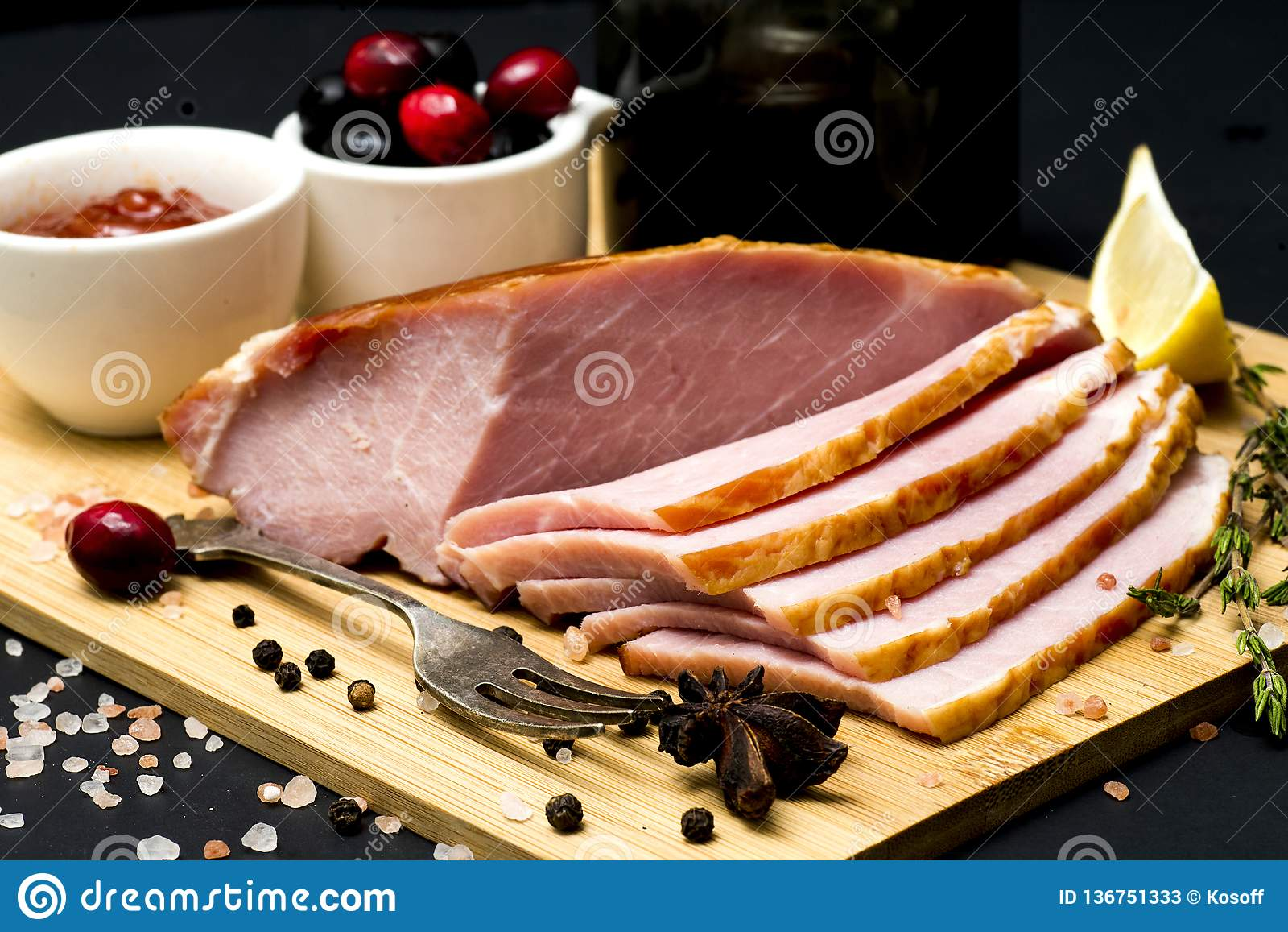 Bife da carne de porco, faixa do carbonato no fundo escuro