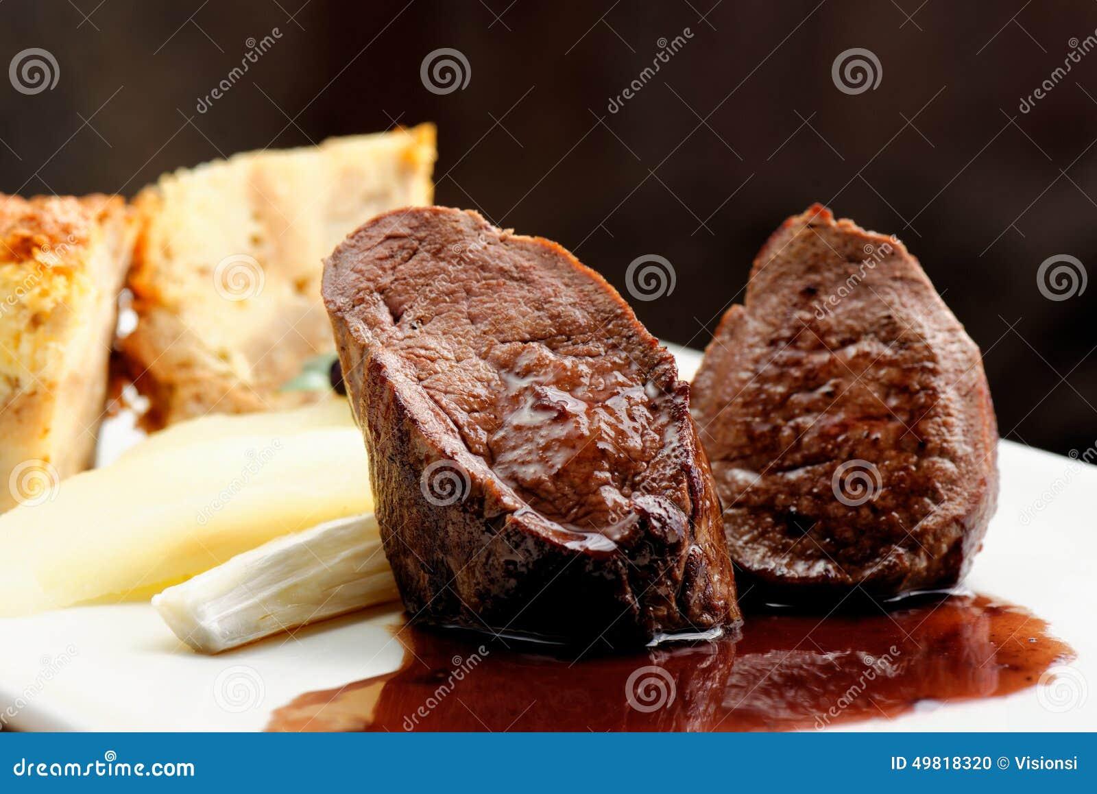 Bife da carne do veado com torta da quiche