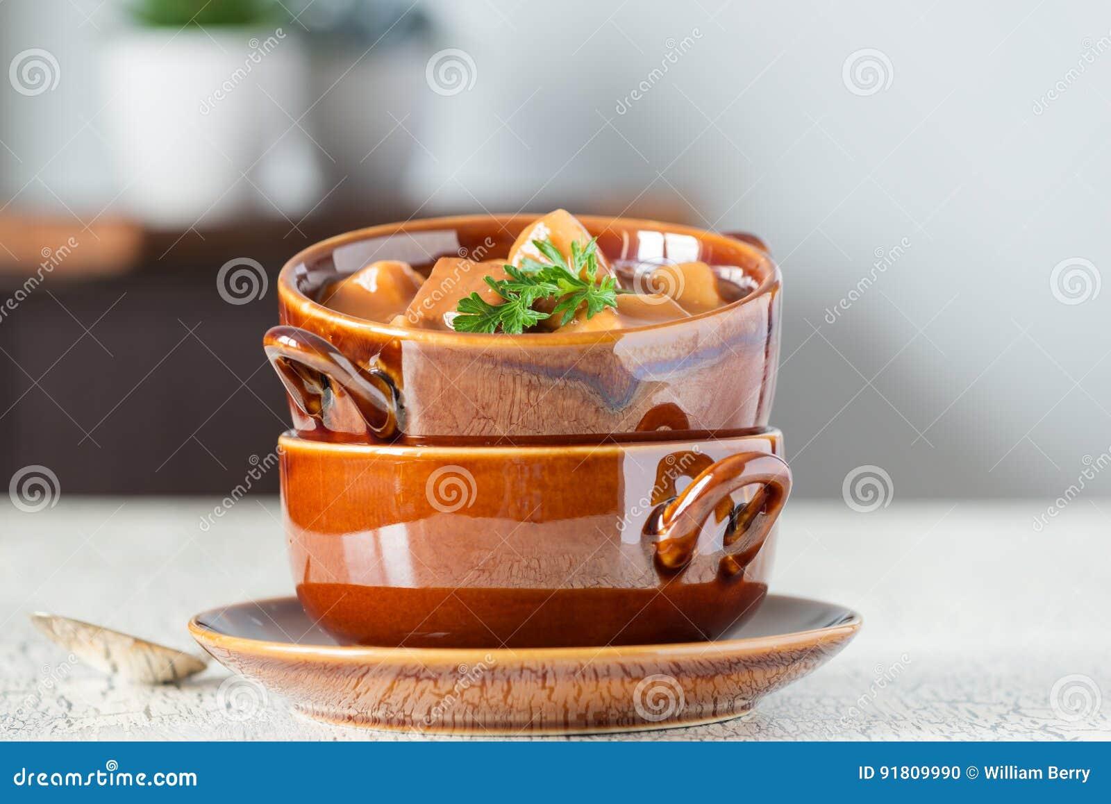 Bife de pimenta e sopa de batata