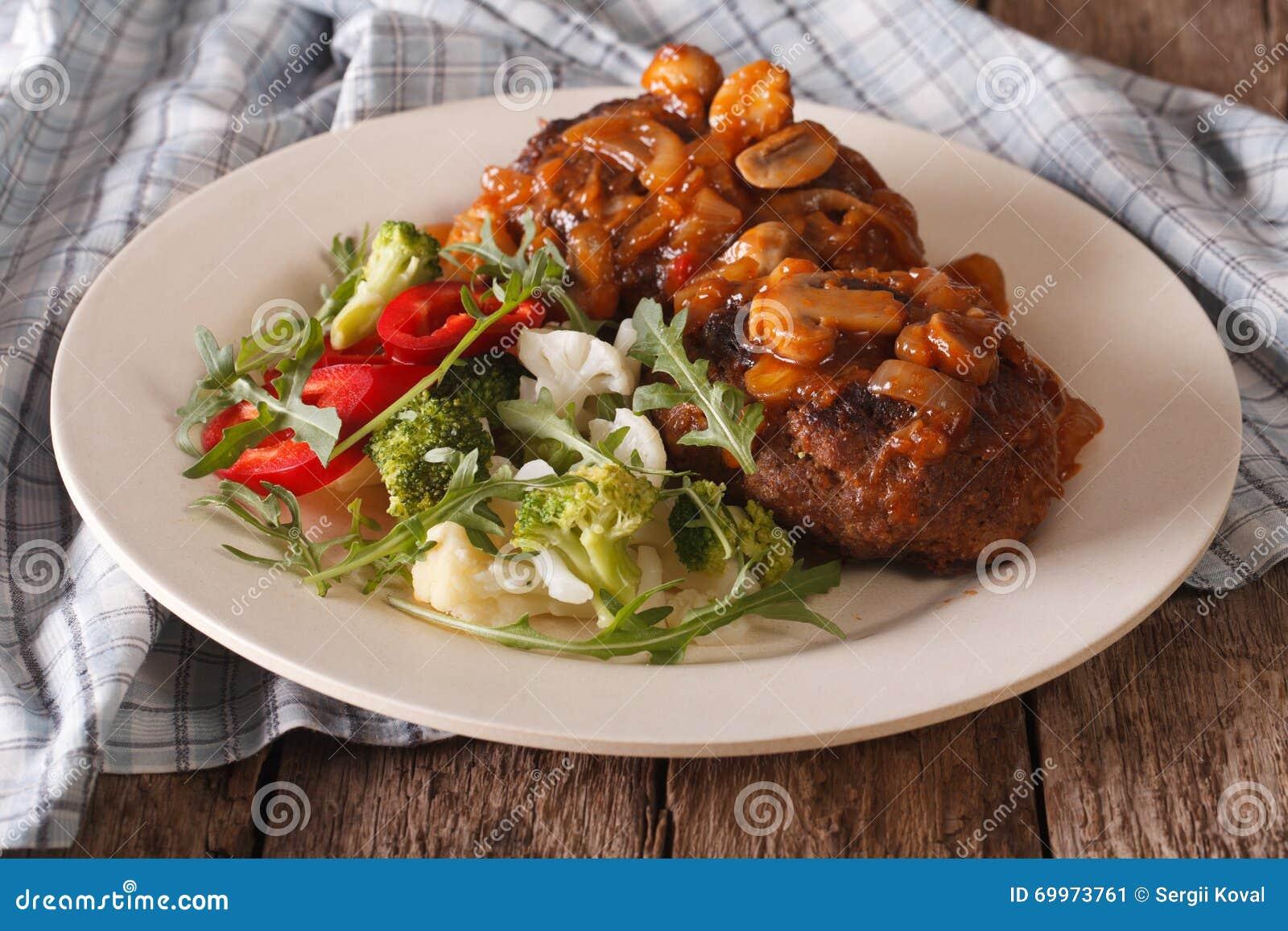 Bife de Salisbúria com close-up da salada do molho e do vegetal de cogumelo
