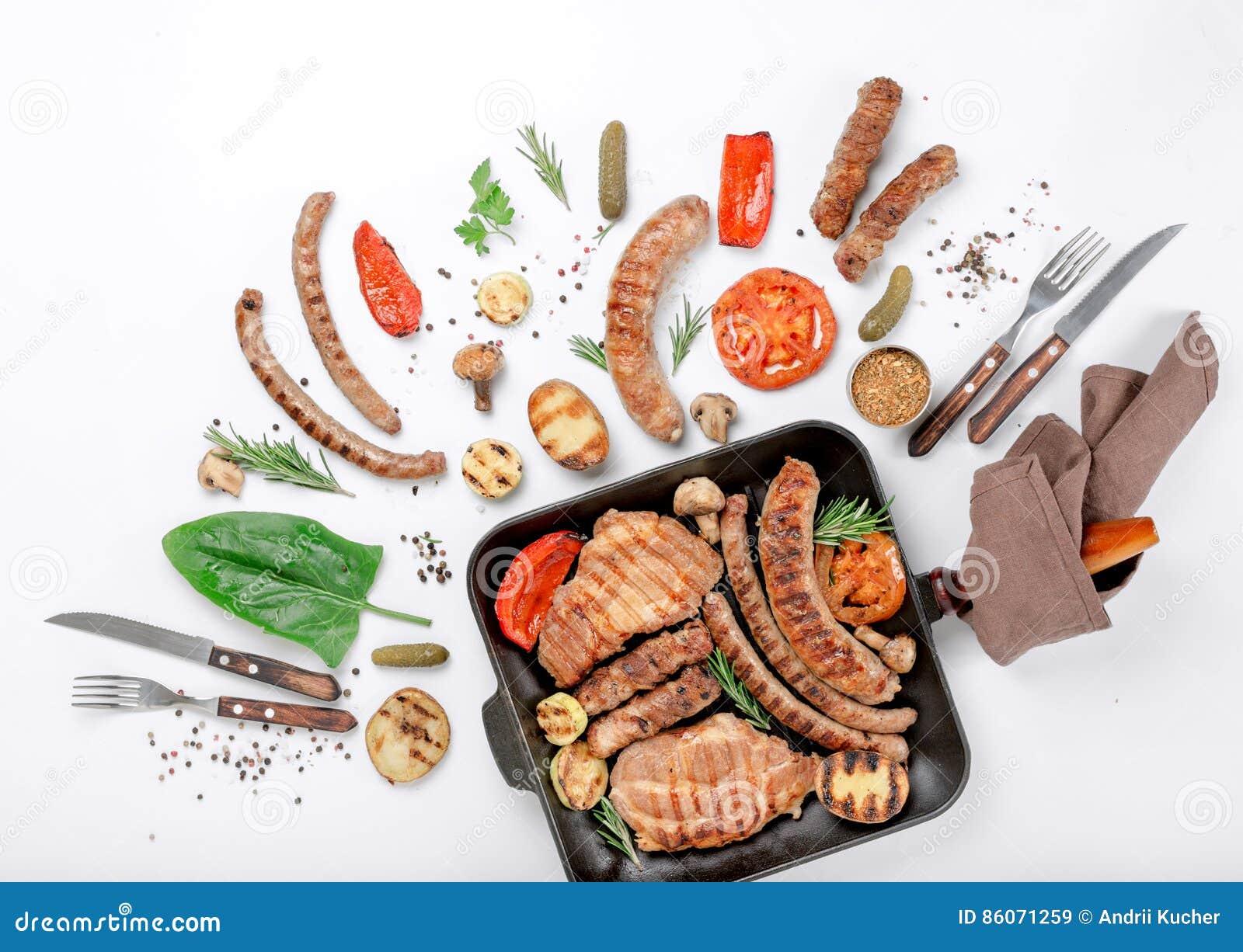 Bife e salsichas diferentes e vegetais grelhados no CCB branco
