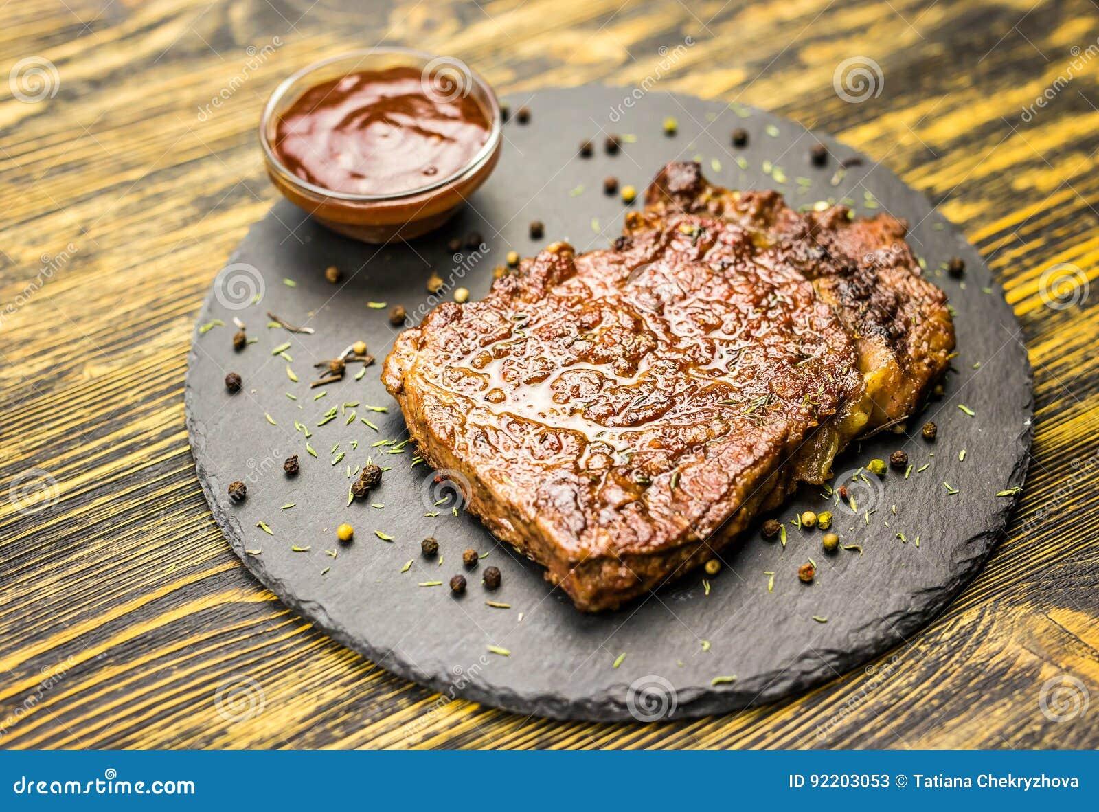 Bife grelhado com molho