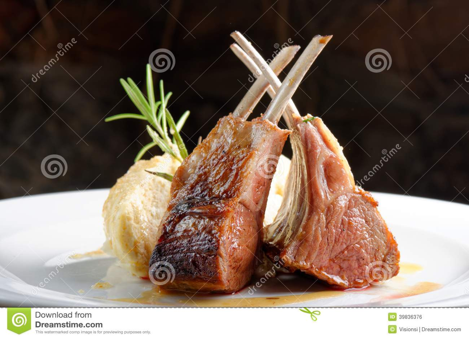 Bife grelhado do cordeiro